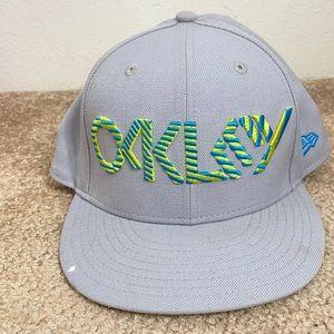 MENS OAKLEY FLAT BILL GREY LOGO SPORTS CAP